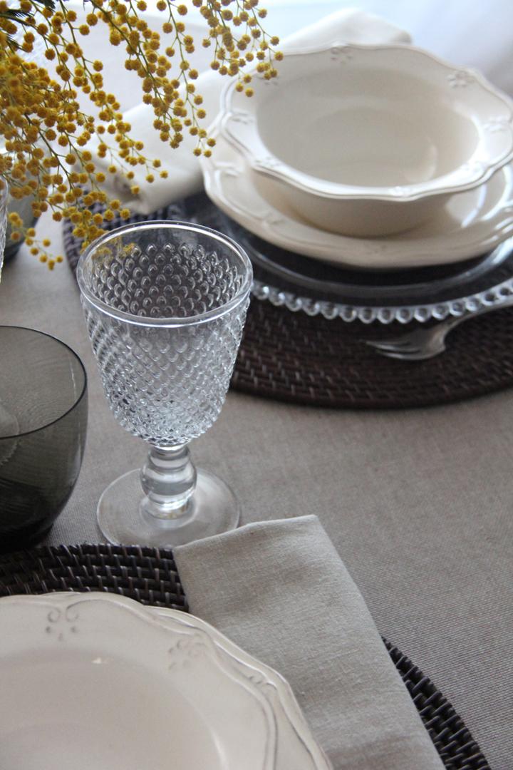 alquiler mantelería lisa piedra con base en color natural, neutra fácil de mezclar con multitud de lisos y estampados