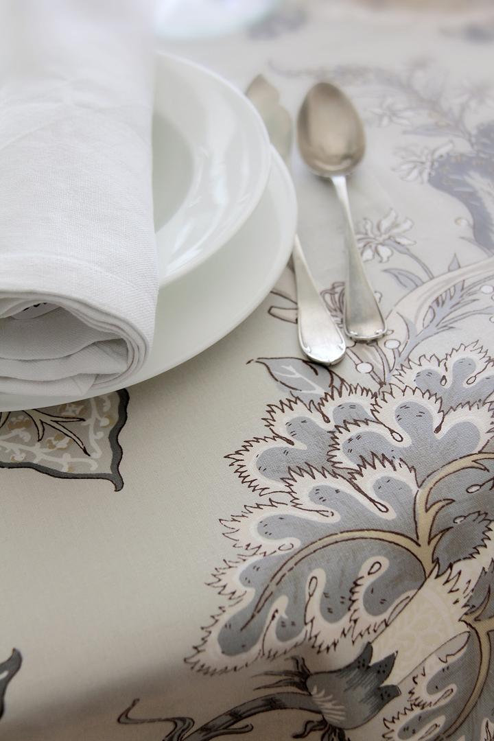 Indi con tres combinaciones de servilletas 100% lino: servilleta piedra, servilleta gris perla y servilleta vainilla