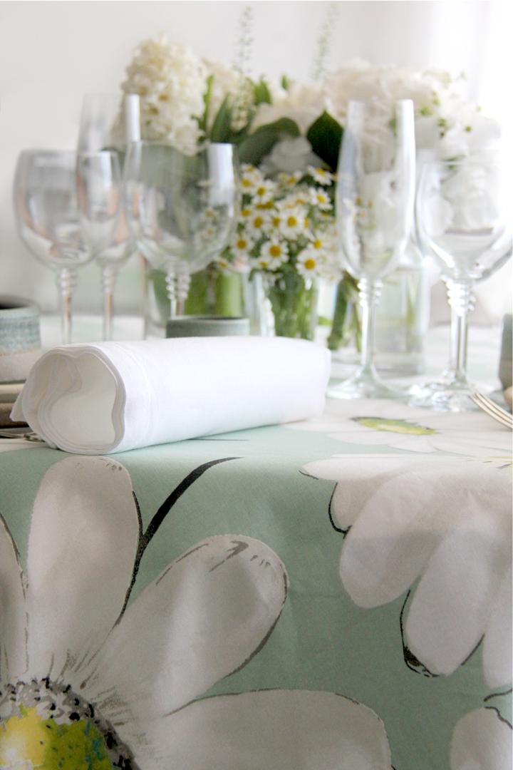 Greta celadón con tres combinaciones de servilletas 100% lino: servilleta blanca, servilleta piedra y servilleta turquesa