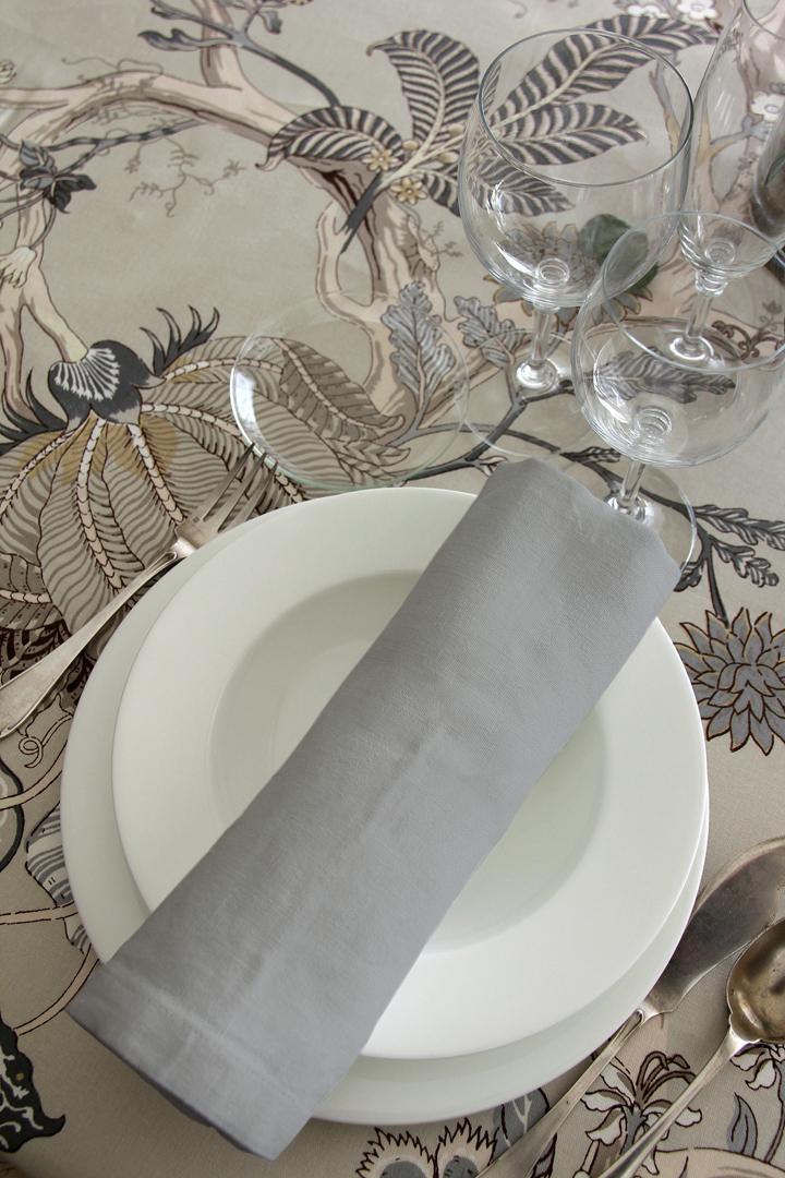 alquiler mantelería indi con base en color natural, neutra fácil de mezclar con mantel liso gris, piedra o vainilla